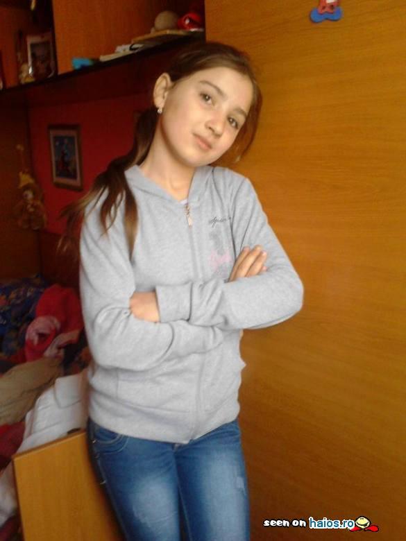fata_yulik_mainile_incrucisate_capul_pe_o_parte_camera.jpg