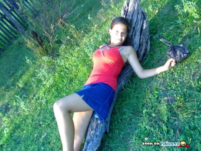 fata_draguta_zambet_intinsa_natura_tricou_rosu_fusta_labastra_ilina_andreea.jpg