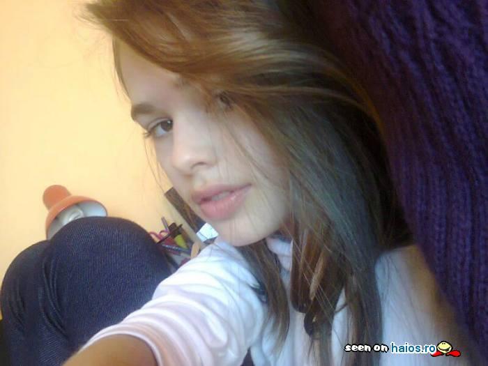 fetita_draguta_oana_alexandra_poza_in_camera.jpg